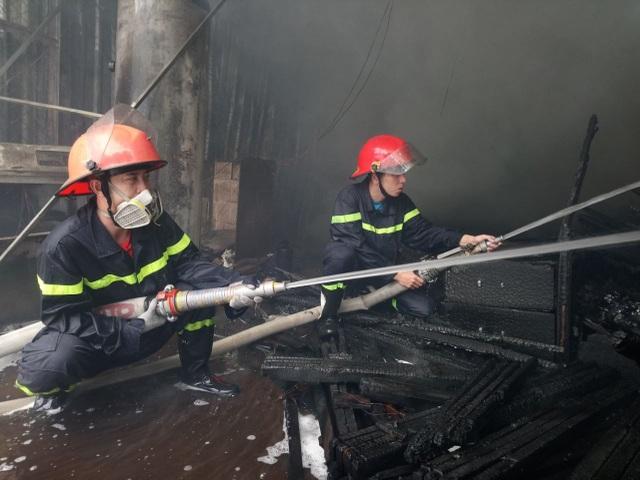 """Xưởng gỗ cạnh siêu thị bốc cháy, nhân viên nháo nhào """"chạy"""" hàng hóa - 9"""