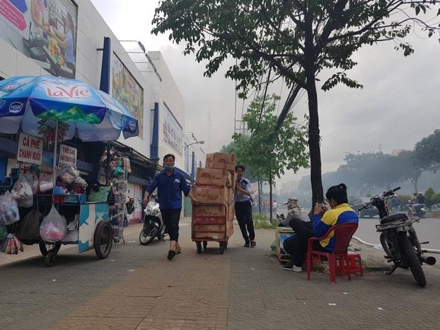 Nhiều hàng hóa được nhân viên di dời ra khỏi siêu thị để đảm bảo an toàn