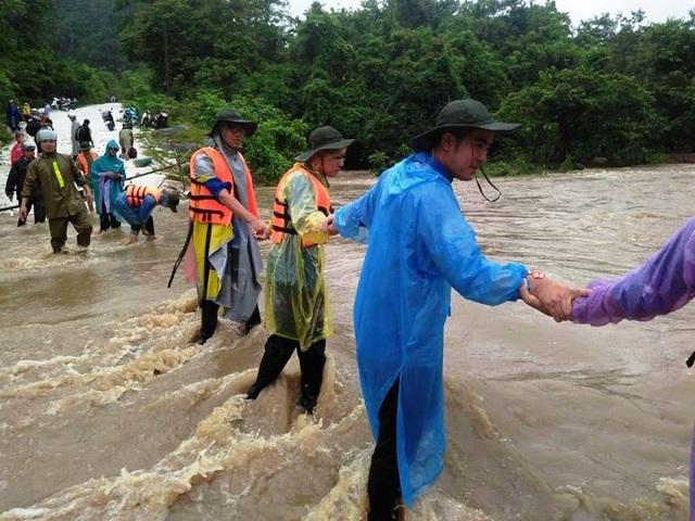 Nhiều đoàn viên thanh niên chung tay giúp dân qua hoàn cảnh khó khăn.