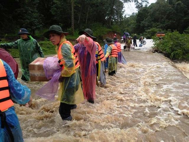 Nghệ An: Công an, đoàn viên dầm mưa dọn đường, vận chuyển tài sản giúp dân sau lũ - 4