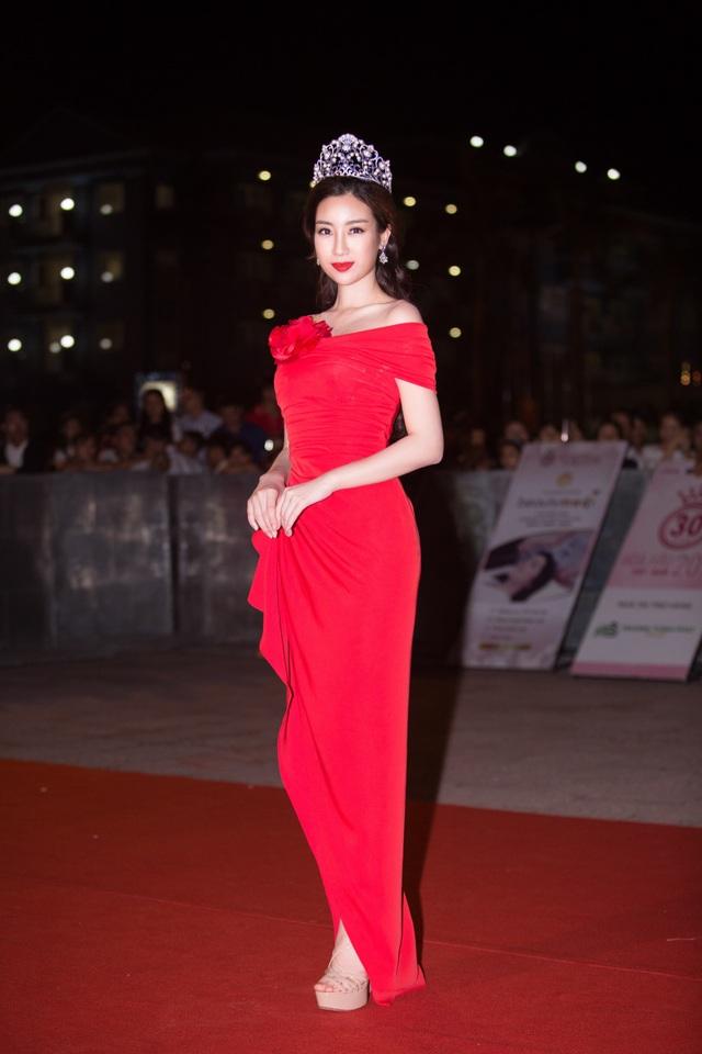 Hoa hậu Đỗ Mỹ Linh được khán giả chào đón nồng nhiệt. Cô đã có mặt tại Cửa Lò những ngày trước để theo dõi quá trình tập luyện của thí sinh.