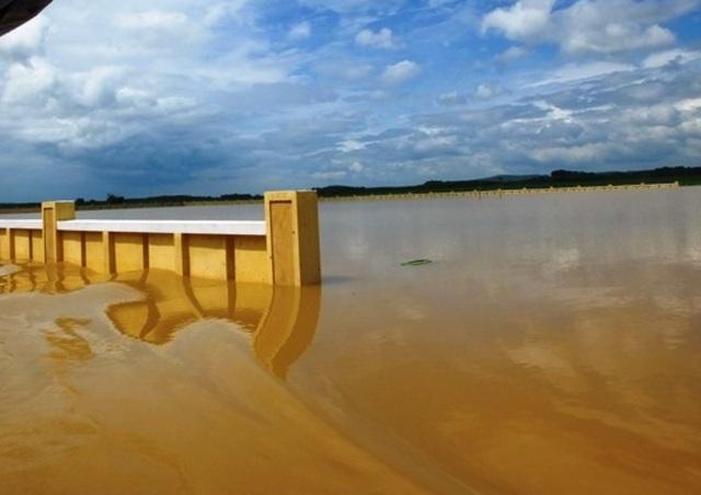 Nước dâng cao hàng mét trên địa bàn xã Thành Trực.