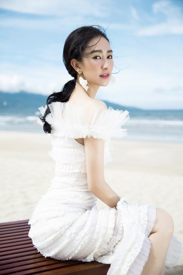 Diện những bộ trang phục gam màu trắng - nude, Hà Thu trông nhẹ nhàng mong manh và thanh thoát.