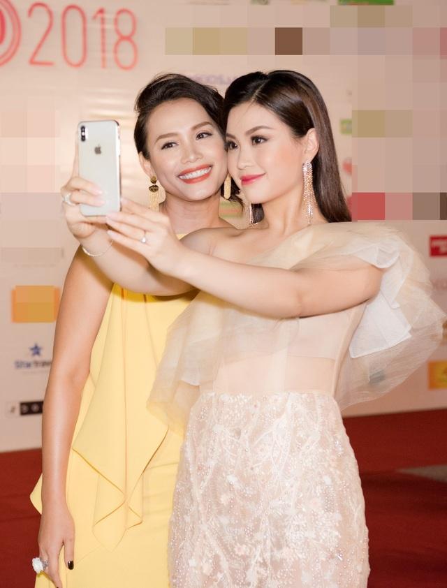 Hoa hậu Ngọc Khánh thân thiết với Á hậu Diễm Trang trên thảm đỏ.