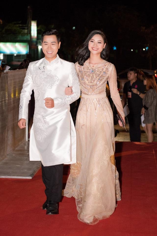 MC Nguyên Khang và người đẹp Đào Hà rạng rỡ khi sánh bước cùng nhau trên thảm đỏ.