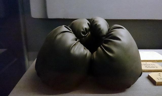 Găng tay boxing được dùng để tra tấn tù nhân.