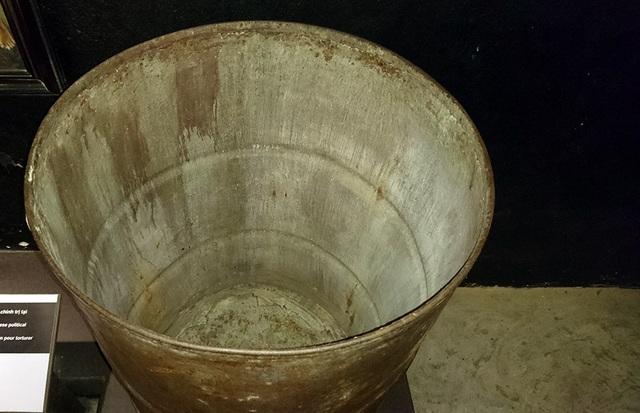 Cai ngục thường xuyên đưa tù nhân vào chiếc thùng phuy đầy nước, một tên dùng vồ đập mạnh từ bên ngoài khiến tù nhân sặc nước và đau tai.