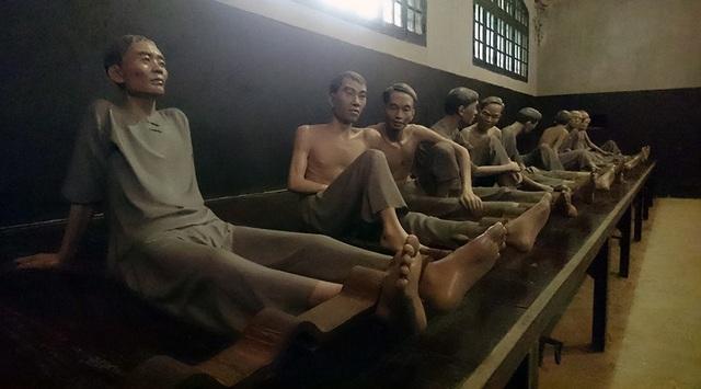 Nhà tù Hoả Lò giam giữ nhiều tù chính trị, những người ái quốc chống lại chính quyền thực dân Pháp từ 1896 đến 1954. Nơi đây có thiết kế chứa khoảng 500 tù nhân với chế độ giam giữ, ép cung cực kỳ dã man.
