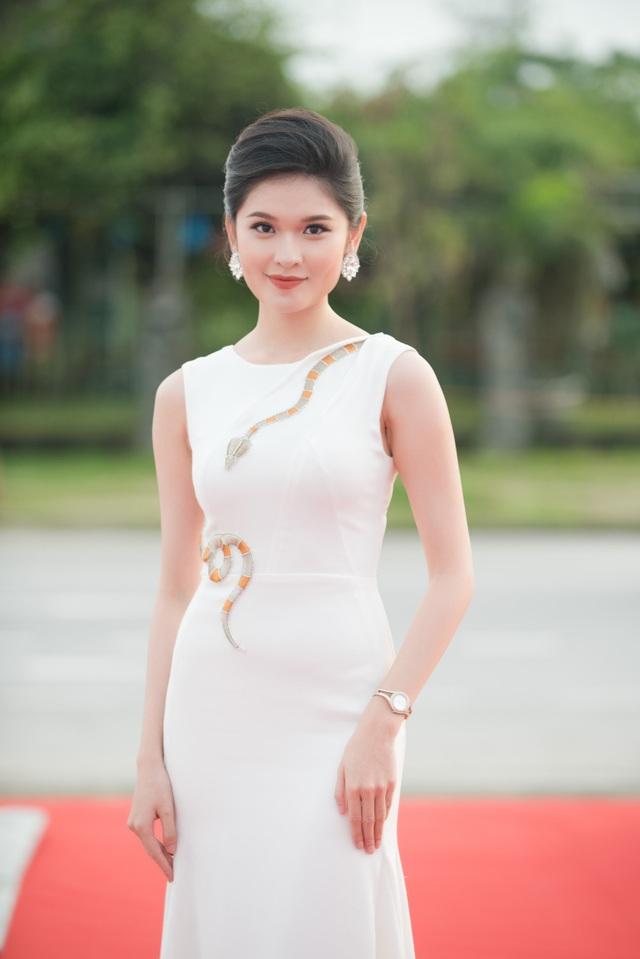Trên thảm đỏ đêm Chung khảo Hoa hậu Việt Nam 2018, Á hậu Thùy Dung cùng MC Thái Dũng đảm nhận vai trò MC.