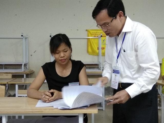Ông Mai Văn Trinh, Cục trưởng Cục Quản lý Chất lượng (Bộ GD&ĐT) kiểm tra việc chấm bài thi môn Ngữ văn trước đó tại Hòa Bình. (Ảnh: Mỹ Hà).