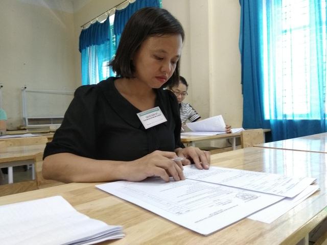 Giáo viên chấm thi THPT quốc gia 2018 tại Hòa Bình (Ảnh: MỸ Hà)