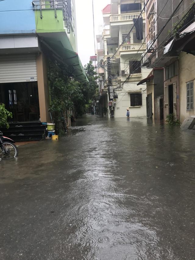 Khu dân cư giữa thủ đô cứ mưa là lụt: Nguy hiểm luôn chực chờ! - 4