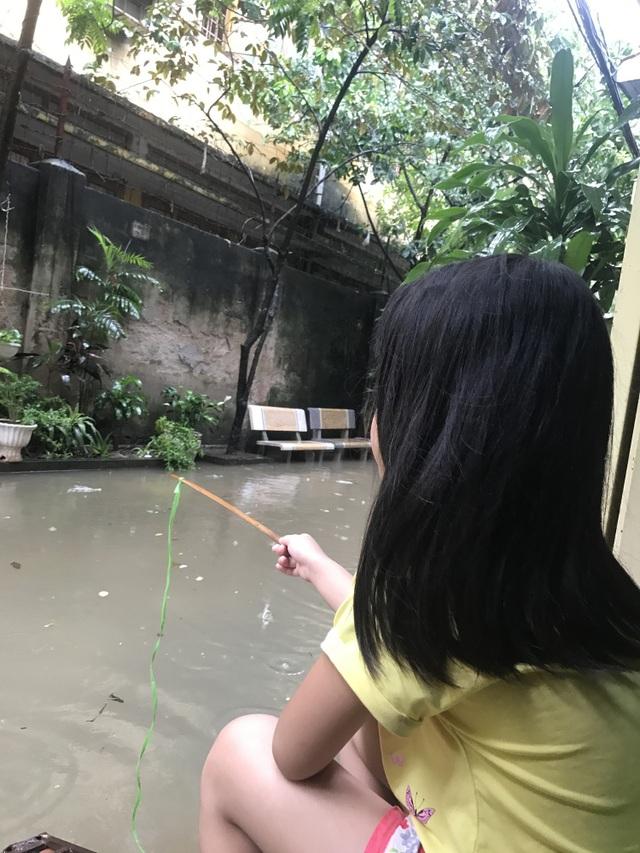 Khu dân cư giữa thủ đô cứ mưa là lụt: Nguy hiểm luôn chực chờ! - 8