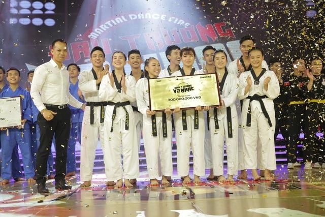 Và nhóm Người Anh Em đã chính thức trở thành Quán quân Đấu Trường Võ Nhạc mùa đầu tiên với giải thưởng trị giá 300 triệu đồng.