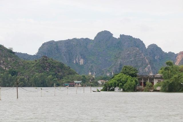 Nước lũ dâng cao gây ngập lụt nhiều nơi ở Ninh Bình.