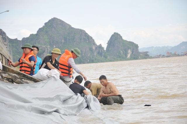 Lực lượng chức năng xử lý dò mang phía hạ lưu tràn Lạc Khoái huyện Gia Viễn sáng 22/7.