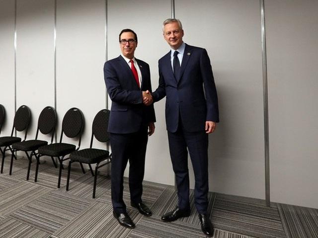 Bộ trưởng Tài chính Mỹ Steven Mnuchin (trái) bắt tay người đồng cấp Pháp Bruno Le Maire tại Hội nghị Bộ trưởng Tài chính G20 ở Argentina. Ảnh: Reuters