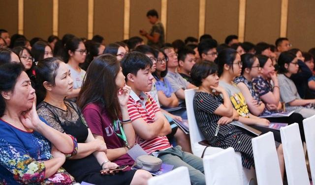 Buổi hội thảo thu hút các bậc phụ huynh, các em học sinh đến lắng nghe.