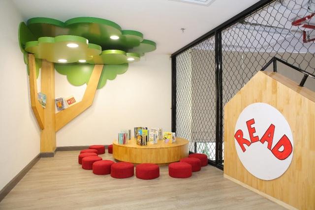 Phòng thư viện sách được nhập trực tiếp từ nước ngoài giúp trẻ làm quen với sách và bồi dưỡng tinh thần ham mê đọc sách.
