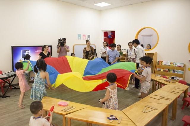 Không gian sân chơi trong nhà gần 200m2 đáp ứng các hoạt động học và vui chơi giúp phát triển thể chất và tinh thần.