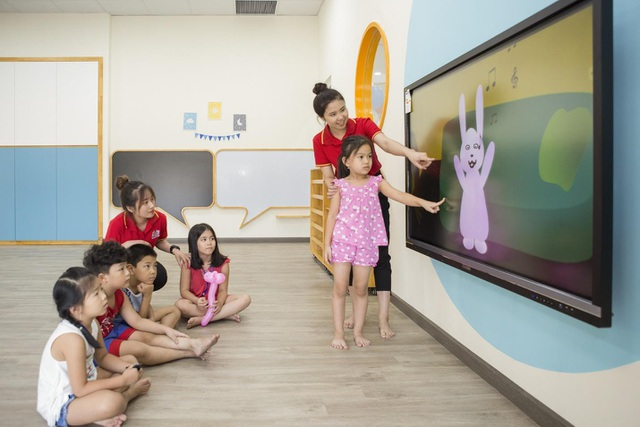 100% các lớp học đều được trang bị màn hình tương tác thông minh (smartboard) cho phép nhiều người dùng có thể cùng thao tác trên màn hình cùng lúc, tăng khả năng tương tác trong lớp học. Phần mềm mầm non quốc tế được thiết kế theo đơn đặt hàng của vụ mầm non Singapore; được sử dụng bởi hơn 1.000 trường mầm non tại Singapore, Malaysia, Trung Quốc, Campuchia và Việt Nam.