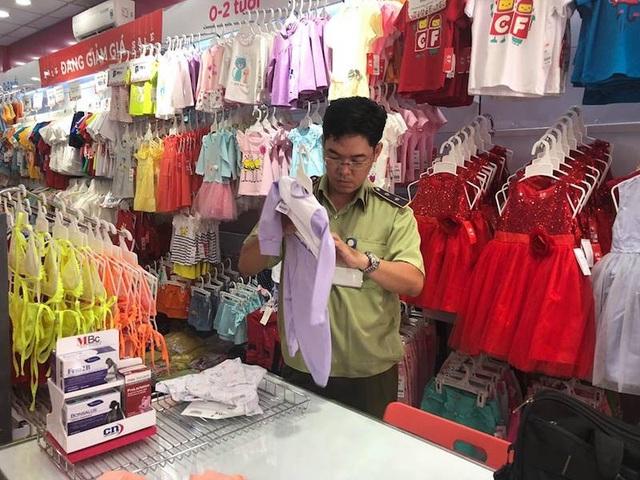 Theo quan sát tại buổi kiểm tra, nhãn mác của một số sản phẩm, thay vì gắn trực tiếp vào quần áo, thì chỉ được gắn vào chiếc móc treo.