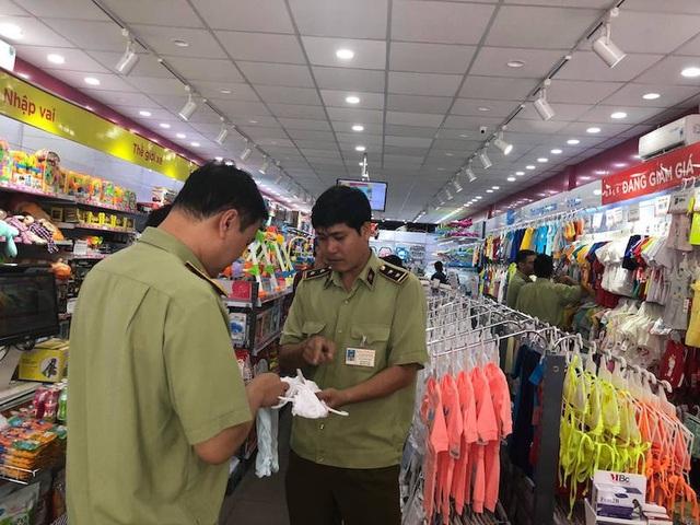 Cơ quan chức năng đã tiến hành kiểm tra cửa hàng Con Cưng tại 3 địa điểm gồm: số 833-835 Hồng Bàng, Q.6; 78 Tôn Thất Tùng (Q.1); 424 Nguyễn Thị Minh Khai (Q.3).