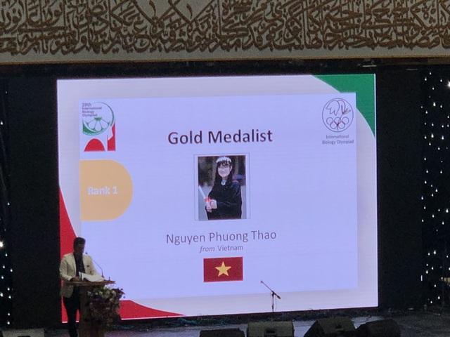Xúc động hình ảnh Nguyễn Phương Thảo được tôn vinh là người chiến thắng tại Olympic Sinh học quốc tế 2018