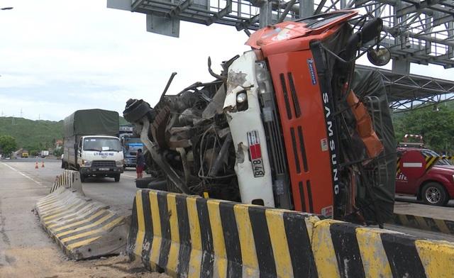 Phần đầu chiếc xe tải bị hư hỏng nặng