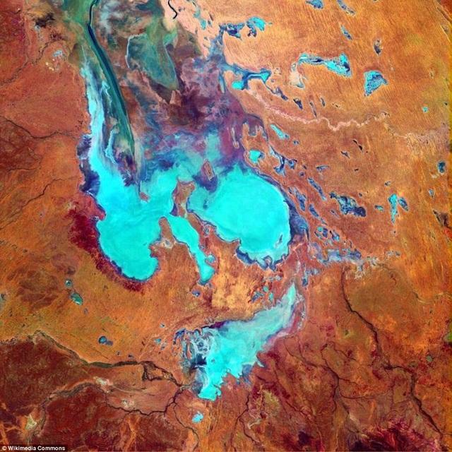 Vẻ đẹp ngoạn mục của hồ sa mạc Eyre khi nhìn từ trên cao