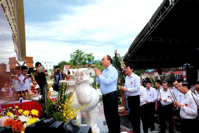 Thủ tướng Nguyễn Xuân Phúc thắp hương tưởng niệm các anh hùng liệt sĩ xã Quế Phú