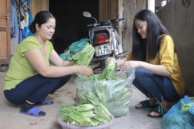 Tranh thủ dịp này, Uyên thường phụ mẹ chuẩn bị hàng để đi chợ bán.