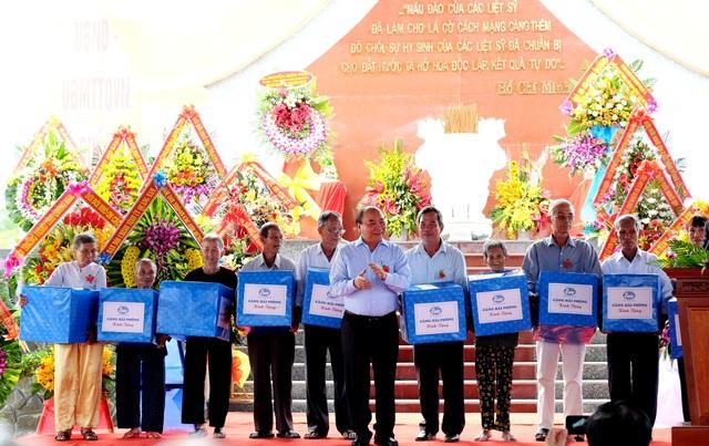 Thủ tướng tặng quà đến các gia đình chính sách ở địa phương