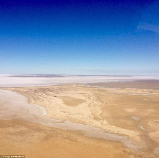 Hồ sa mạc đột nhiên chuyển màu cầu vồng sau trận mưa lũ hiếm gặp - 4