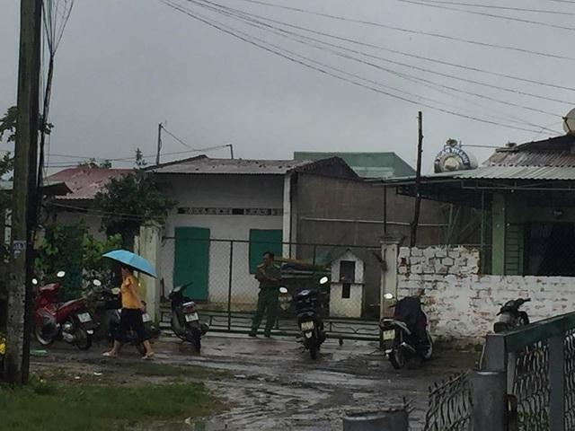 Lực lượng chức năng đang tiến hành khám nhà bà Hà