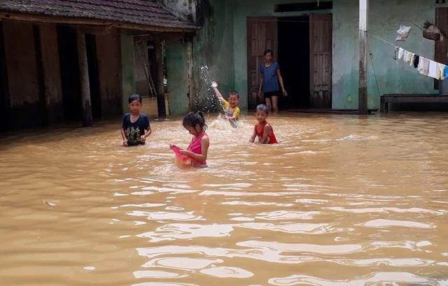 Mặc dù nước lũ còn ngập sâu, nhưng nhiều đứa trẻ vẫn vô tư tắm nước, đùa nghịch ngay trong sân nhà. Đến thời điểm hiện tại, nước sông Bưởi đang xuống với mức độ chậm khiến hàng trăm ngôi nhà của các hộ dân sống dọc 2 bên bờ sông Bưởi vẫn ngập sâu trong nước.