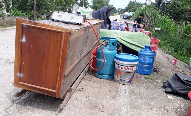Theo ghi nhận hàng trăm người dân vùng lũ Thạch Thành đã phải di chuyển đồ đạc, tài sản lên đê để tránh lũ.