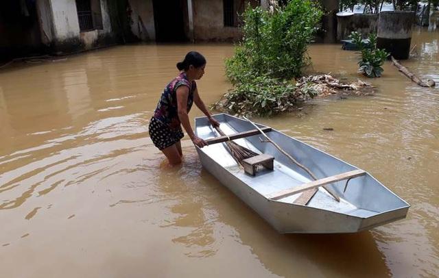 Đã nhiều ngày nay, kể từ khi nước sông dâng cao, ngập lụt khắp nơi khiến việc di chuyển của người dân vùng lũ gặp nhiều khó khăn.