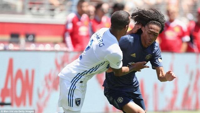 Chong (phải) thi đấu trong chuyến du đấu tại Mỹ của MU