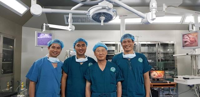 GS Masatoshi Makuuchi cùng ekip bác sĩ Ngoại khoa 1 thực hiện ca phẫu thuật tại BV Ung bướu Đà Nẵng trong ngày 23/7
