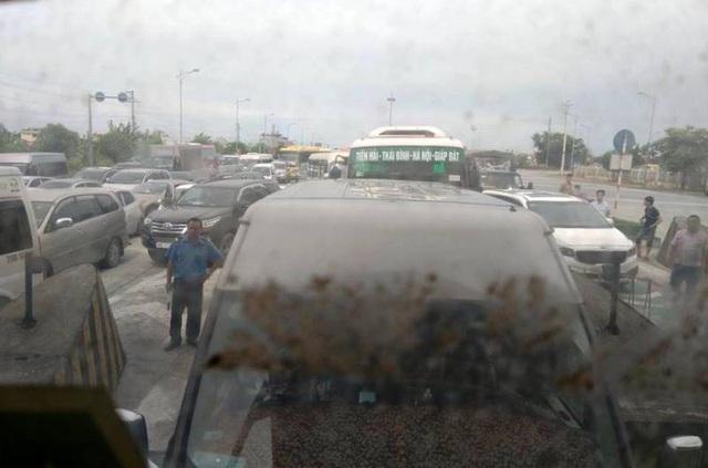 Mỗi lần lái xe tập trung phản đối, đoạn đường qua trạm BOT Mỹ Lộc lại xảy ra ách tắc cục bộ, phía nhà điều hành BOT Mỹ Lộc phải quyết định xả trạm sau khi xảy ra ách tắc