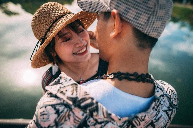 Yến Nhi bộc bạch đây là lần đầu tiên cặp đôi chụp ảnh cùng nhau, tuy nhiên cả hai lại có sự ăn ý đến lạ bởi họ có chung cảm xúc, niềm hạnh phúc khi chỉ ít ngày nữa thôi sẽ chính thức về chung một nhà.