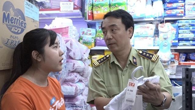 Ông Trần Hùng, Cục Phó Cục Quản lý thị trường, Tổ trưởng Tổ công tác 334 Bộ Công Thương chỉ ra các lỗi vi phạm cho nhân viên của Con Cưng thấy.