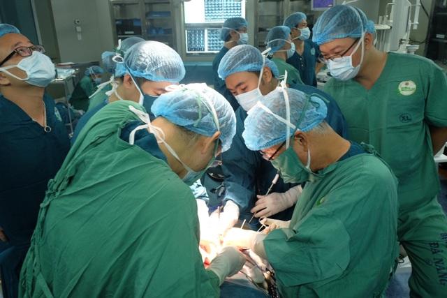 GS Masatoshi Makuuchi đã hội chẩn và trực tiếp phẫu thuật cắt khối tá tuỵ cho bệnh nhân Tr.