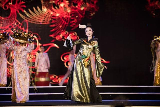 Nữ ca sĩ cũng cho biết, trước buổi biểu diễn, cô và cả ekip phải mặc áo mưa và cầm ô để chạy chương trình nhưng mọi người vẫn nhiệt huyệt và tập luyện hăng say để có được những màn trình diễn hoàn hảo nhất.