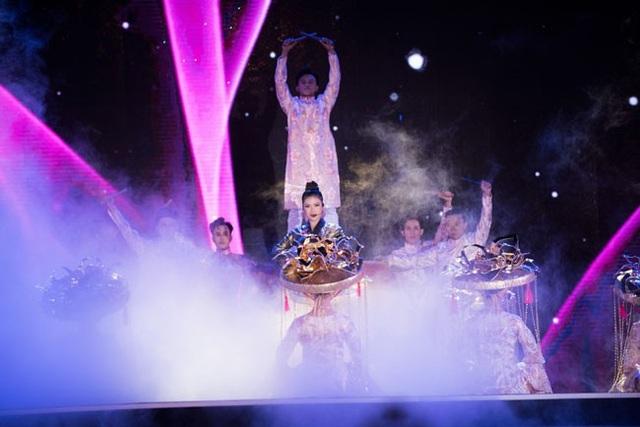 Dương Hoàng Yến gây ấn tượng với áo dài thiết kế lạ mắt - 6