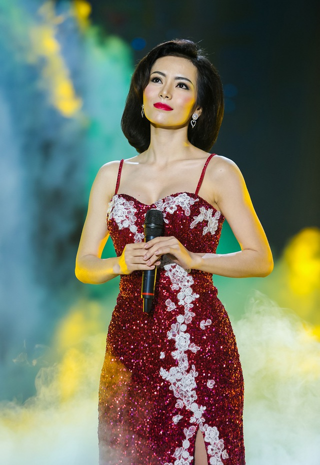 """Kim Thành xuất hiện trong phiên bản của """"Diva châu Á"""" Đặng Lệ Quân gây ấn tượng mạnh mẽ cho khán giả với ngoại hình xinh đẹp dịu dàng, khoe dáng eo thon với đầm đỏ bó sát cơ thể. Kim Thành thể hiện ca khúc """"Ngàn vạn lời nói"""" với giọng hát ngọt ngào, da diết khiến Đàm Vĩnh Hưng thích thú theo dõi và lẩm bẩm hát theo."""