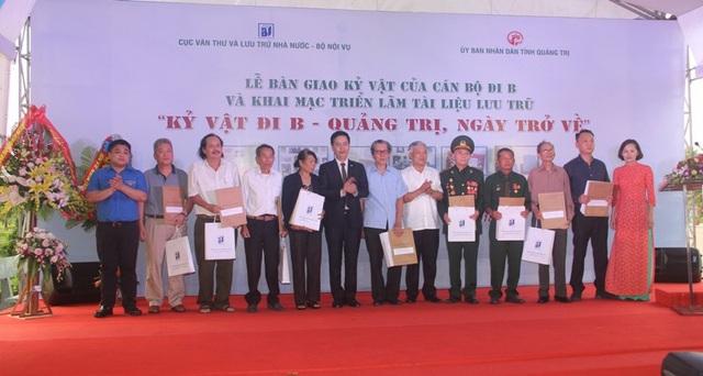 Ông Đặng Thanh Tùng - Cục trưởng Cục Văn thư và Lưu trữ nhà nước và ông Phạm Đức Châu - Phó Bí thư thường trực Tỉnh ủy Quảng Trị trao kỷ vật cho các gia đình