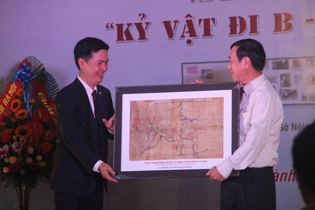 Lãnh đạo Cục Văn thư và Lưu trữ nhà nước trao tư liệu châu bản triều Nguyễn cho tỉnh Quảng Trị
