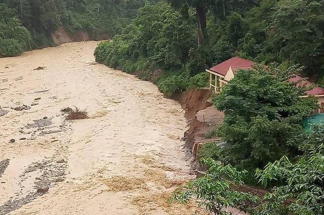 Nước đầu nguồn đổ về đang đe dọa sự an toàn của trường tiểu học Na Mỳ.